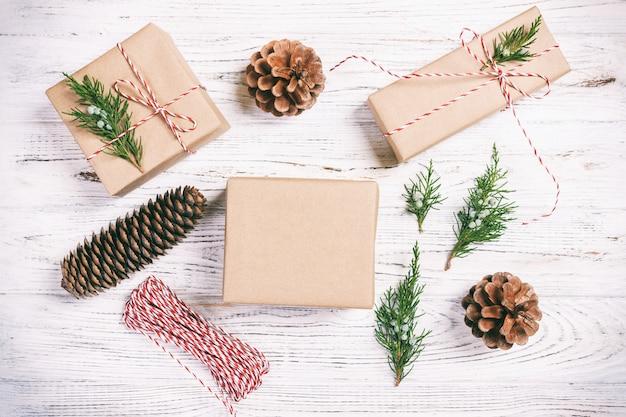 Met de hand vervaardigde geschenkdoos met spar bovenaanzicht van de kerstdecoratie. .