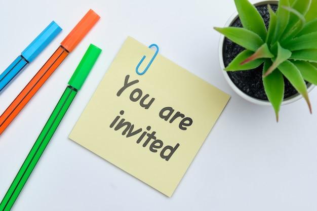 Met de inscriptie op de sticker wordt u uitgenodigd als concept voor de ontwikkeling van zakelijke partnerschappen.