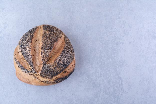 Met een laag bedekt brood van zwart sesambrood op marmeren oppervlakte
