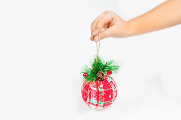 Met een rode kerstbol