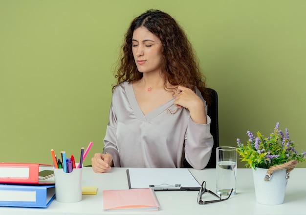 Met gesloten ogen jonge mooie vrouwelijke kantoormedewerker zittend aan een bureau