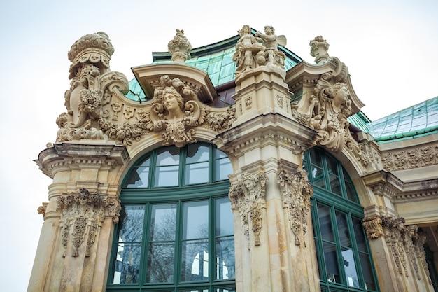 Met het oog op de historische gebouwen van het beroemde paleis zwinger in dresden, duitsland.