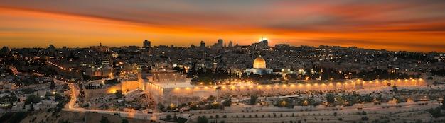 Met het oog op de oude stad van jeruzalem bij zonsondergang. israël
