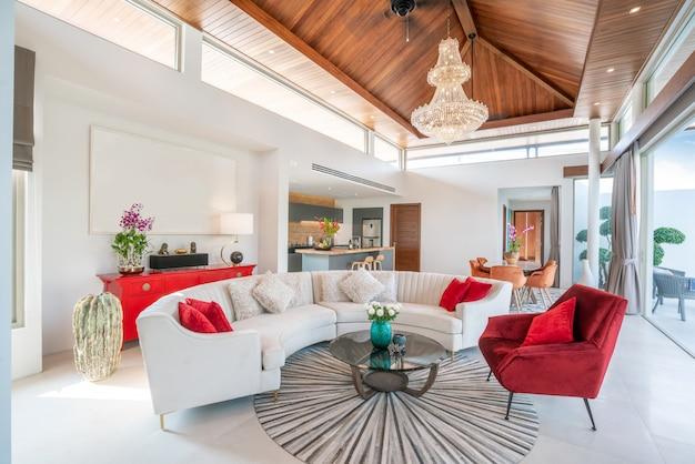 Met hoog verhoogd plafond, bank, middelste tafel