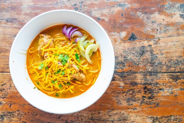 Met kerrie gekruide de noedelsoep van thailand noordelijke met kip