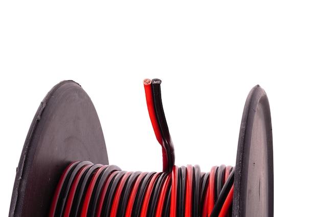 Met kleur koperen elektrische kabelhaspel op witte achtergrond