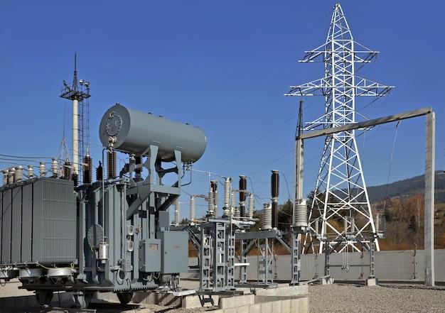Met olie gevulde hoogspanningstransformator op elektrisch onderstation.