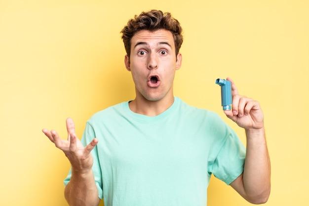Met open mond en verbaasd, geschokt en verbaasd met een ongelooflijke verrassing. astma concept