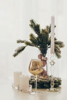Met oud en nieuw ingericht huis en de kerstboom in scandinavische stijl