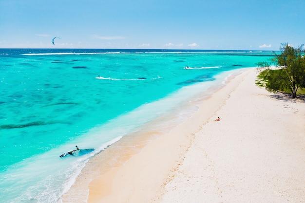 Met panoramisch uitzicht op het strand en de oceaan bij de berg le morne brabant. koraalrif van het eiland mauritius.