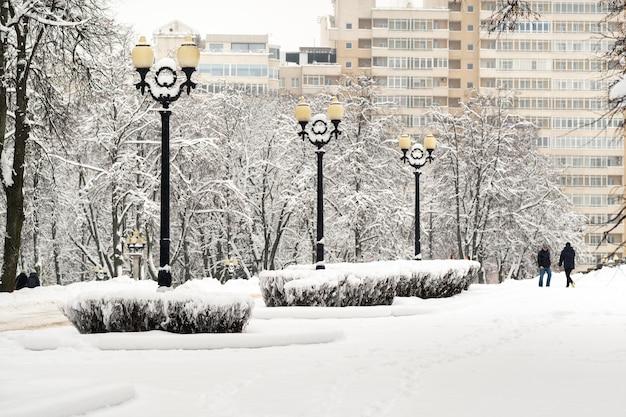Met sneeuw bedekt park in het centrum van minsk. wit-rusland, oost-europa