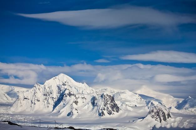 Met sneeuw bedekte bergen in antarctica