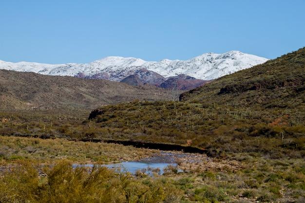 Met sneeuw bedekte bergen in de woestijn in het zuidwesten