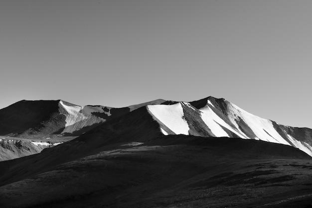 Met sneeuw bedekte bergen in noord-india