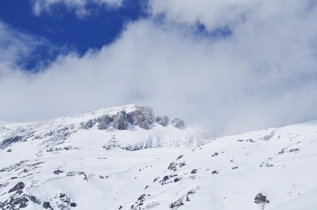 Met sneeuw bedekte bergen van arkhyz, rusland. skigebied in de kaukasus