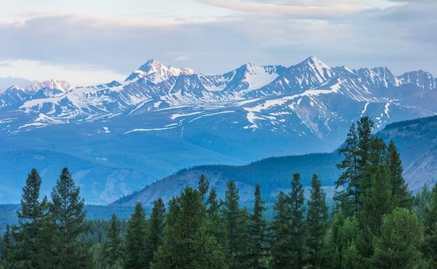 Met sneeuw bedekte bergtoppen in het ochtendlicht