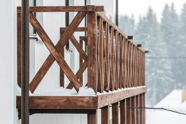 Met sneeuw bedekte houten balustrade