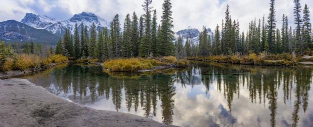 Met sneeuw bedekte mount lawrence grassi-berg met blauwe lucht en witte wolken reflecteren op water