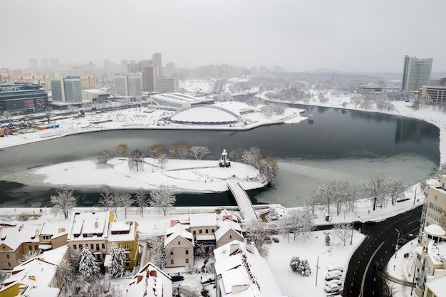 Met sneeuw bedekte oude centrum van minsk vanaf een hoogte the trinity voorstad wit-rusland