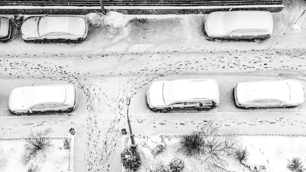Met sneeuw bedekte parkeerplaats