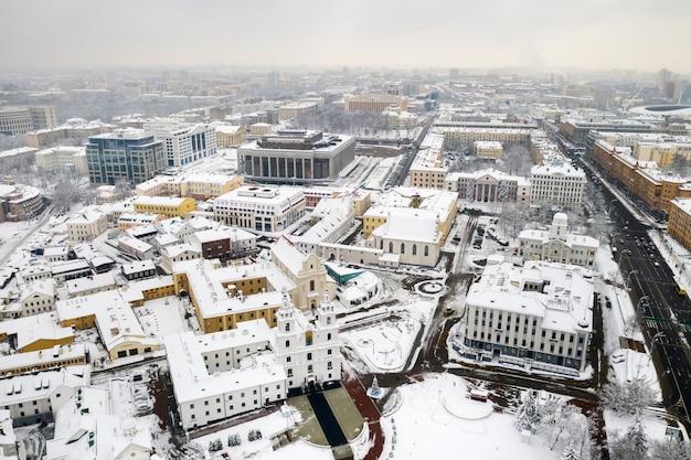 Met sneeuw bedekte stadscentrum van minsk vanaf een hoogte. de bovenstad. wit-rusland, oost-europa