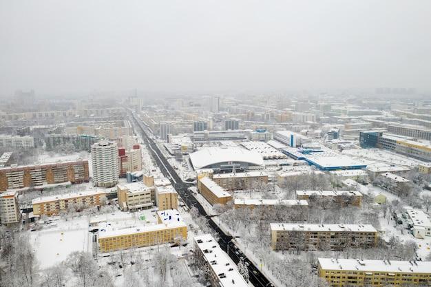 Met sneeuw bedekte stadscentrum van minsk vanaf een hoogte. wit-rusland, oost-europa