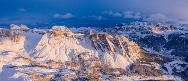 Met sneeuw bedekte toppen van de kliffen die overdag zijn veroverd