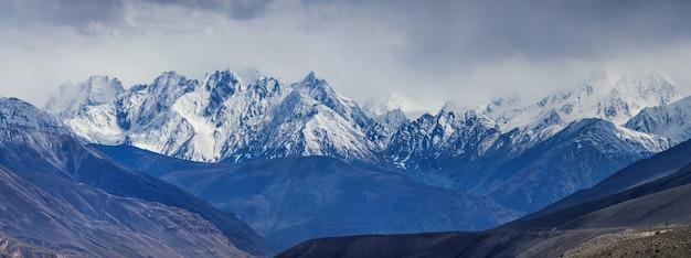 Met sneeuw bedekte toppen van het hindu-kush-gebergte. wakhan corridor, op de grens van tadzjikistan en afghanistan