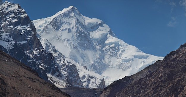 Met sneeuw bedekte toppen van het hindu-kush-gebergte