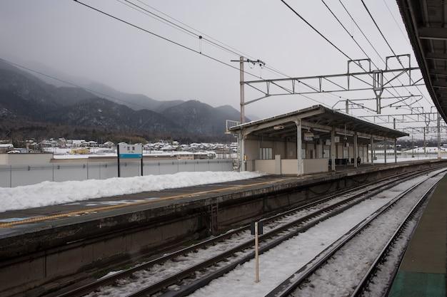 Met sneeuw bedekte treinstation in de winter