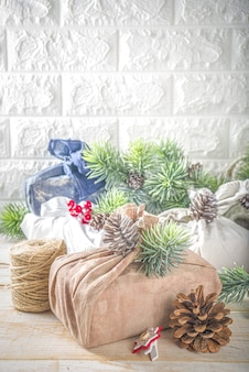 Met stof verpakte kerstcadeaus. herbruikbaar duurzaam en zero waste-concept, geschenkverpakking van gerecycled textiel. milieuvriendelijke kersttradities en decoraties. japanse kerstcadeaus in furoshiki-stijl
