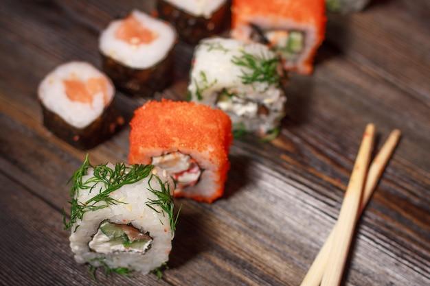 Met sushi eetstokjes gember delicatesse houten maaltijd