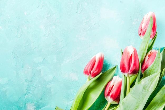 Met tulpenbloemen