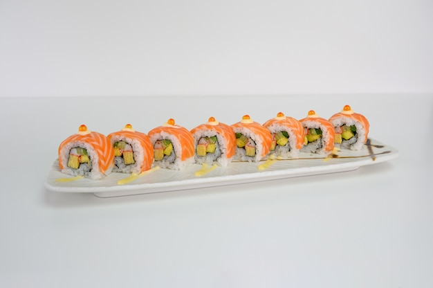 Met zalm ebi gevulde avocado, tamago, kani, komkommer augurk sushi roll met mayonaisesaus