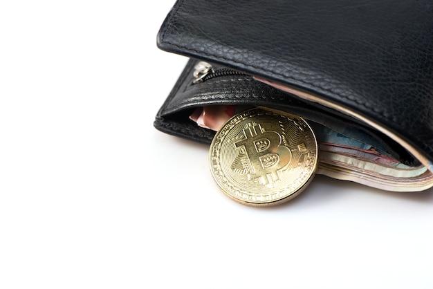 Metaal gouden bitcoin met zwart leerportefeuille en geld op witte achtergrond. bovenaanzicht. zakelijk, geld, cryptocurrency-concept.