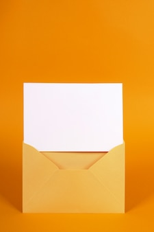 Metaal gouden envelop met lege berichtkaart of uitnodiging