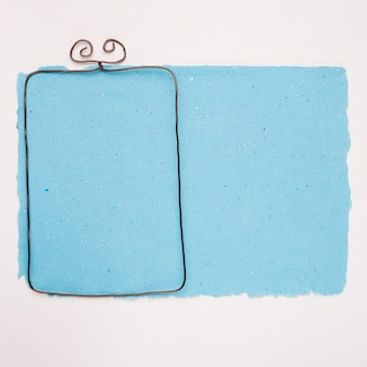 Metaal leeg kader op blauw document over witte achtergrond
