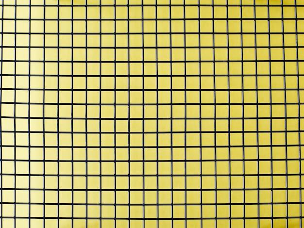 Metaal op een gele achtergrond
