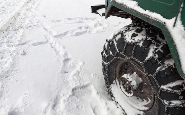 Metaalketting op offroad vrachtwagenband in sneeuwweg