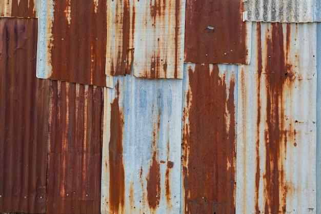Metaalroestachtergrond, vervalstaal, metaaltextuur met kras en barst, roestmuur, oude metaalijzerroesttextuur