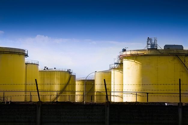 Metaalsilo's van een chemische fabriek