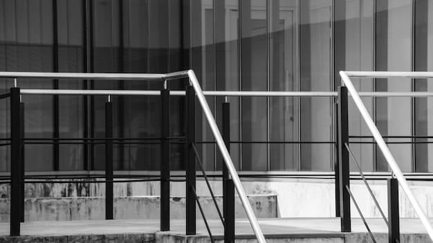 Metaaltraliewerk bij het zwart-wit voorgevelgebouw
