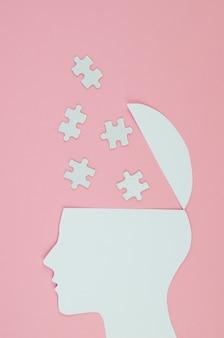 Metaforisch ideeconcept met hoofd en raadselstukken