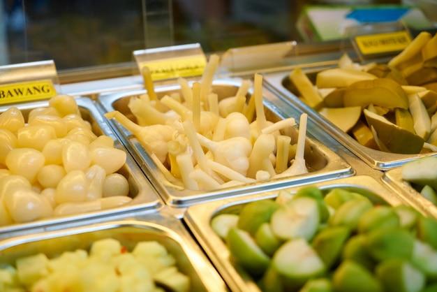 Metalen bakken met groenten