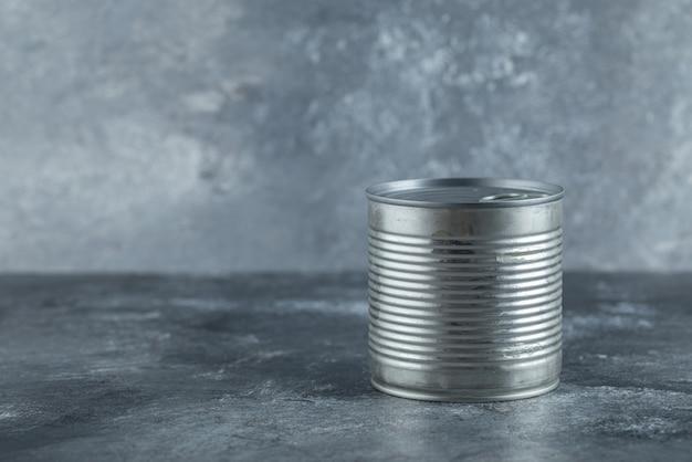 Metalen blikje op marmer.