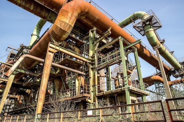 Metalen buizen en constructies met een strakblauwe lucht