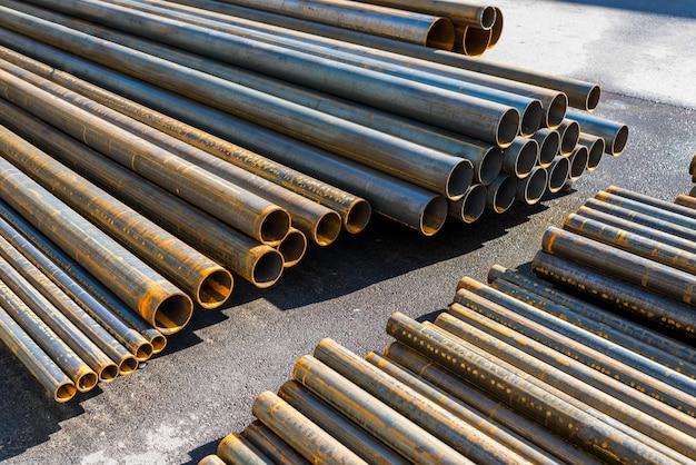 Metalen buizen gestapeld