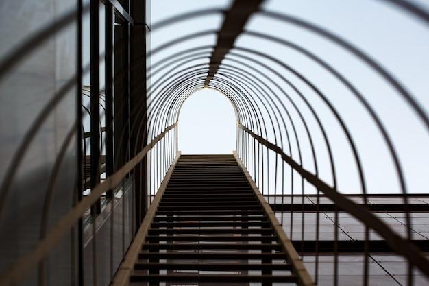 Metalen constructie met trappen