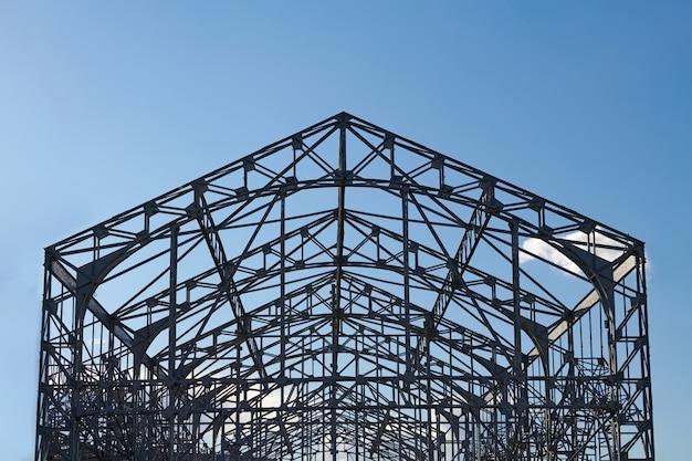 Metalen constructie van spoorweggebouw