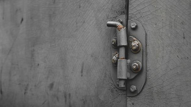 Metalen deur met bout in grungy stijl met kopie-ruimte